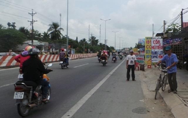 Bảng hiệu quảng cáo tràn ra đường
